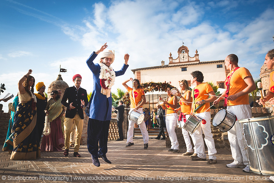 084-groom-dancing-baraat-swagat-wedding-in-perugia-solfagnano