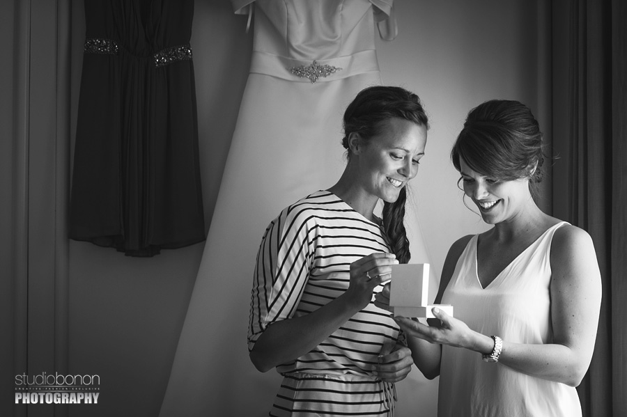 009-bride-sister-exchanging-gift-moment-wedding-in-tuscany