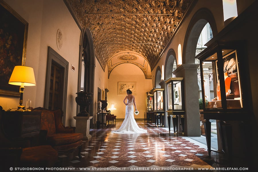 034-stunning-bride-portrait-in-the-lobby-lounge-of-the-hotel-four-seasons-firenze