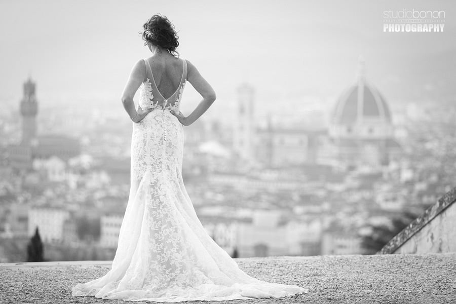 042b-beautiful-moment-between-bride-and-groom-dress-and-firenze-duomo