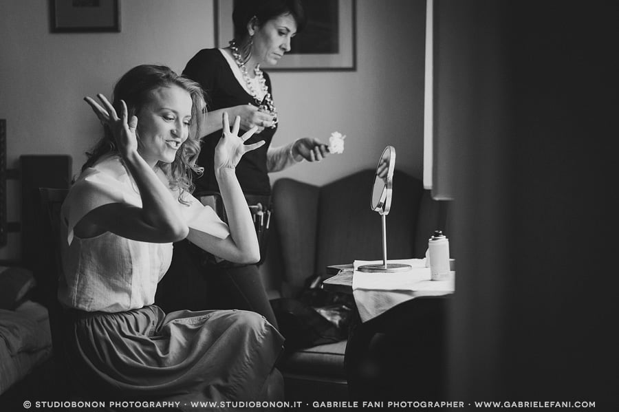 006-funny-moment-during-bride-getting-ready