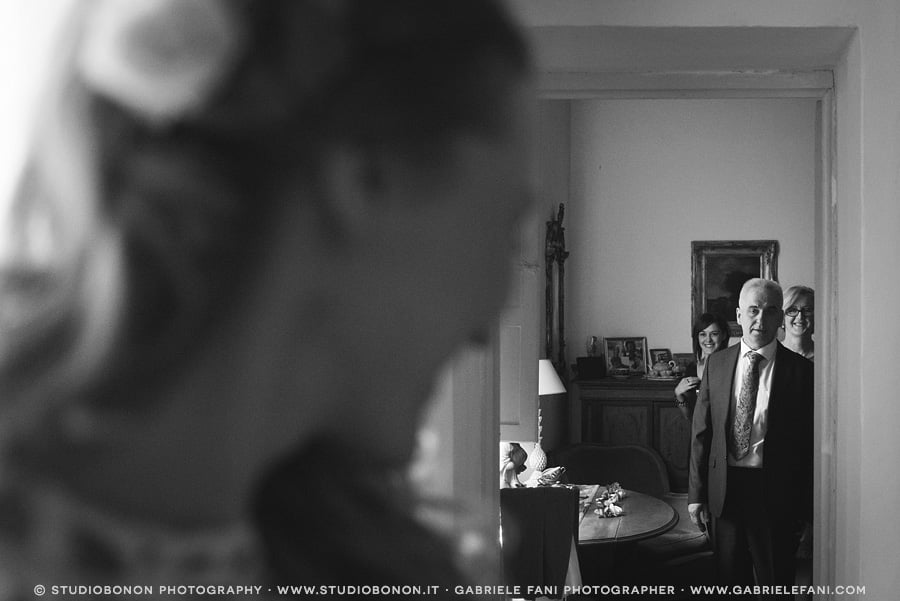 011-bride-her-father-first-look-emotional-impact-moment-real-wedding-in-florence-getting-ready