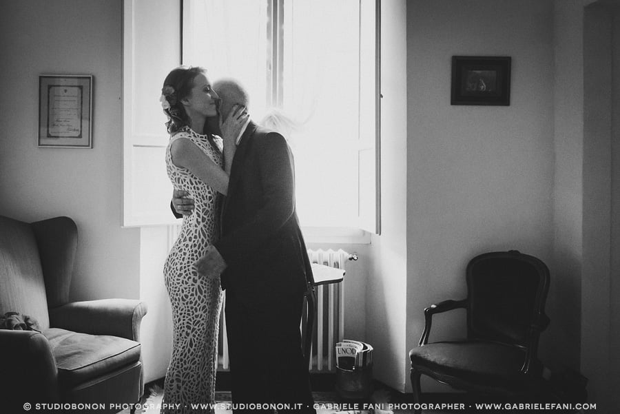 012-bride-her-father-first-look-emotional-impact-moment-real-wedding-in-florence-getting-ready
