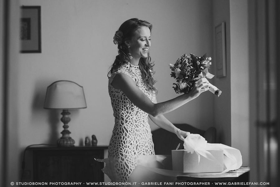 020-bride-look-her-bridal-bouquet-for-the-first-time-in-getting-ready