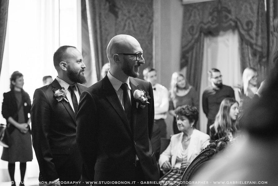 044-groom-see-the-bride-for-the-first-time-inside-sala-rossa-florence