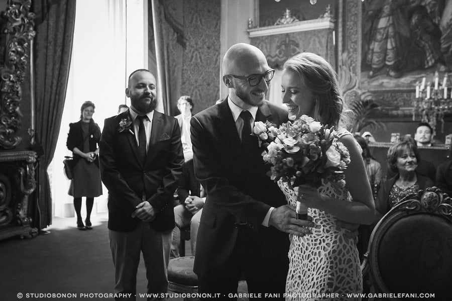 047-bride-and-groom-together-emotional-moment-real-wedding-in-palazzo-vecchio