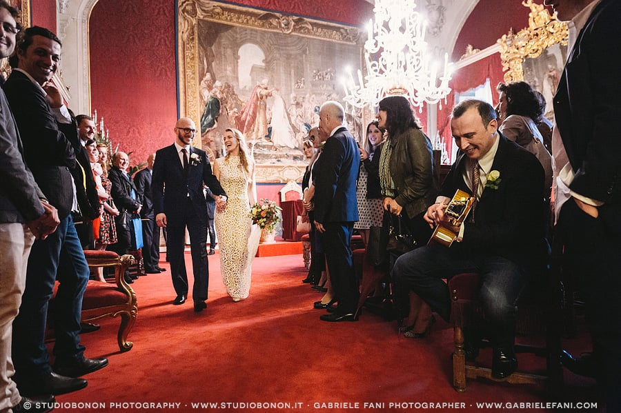 063-bride-and-groom-exit-sala-rossa-palazzo-vecchio-civil-wedding-florence