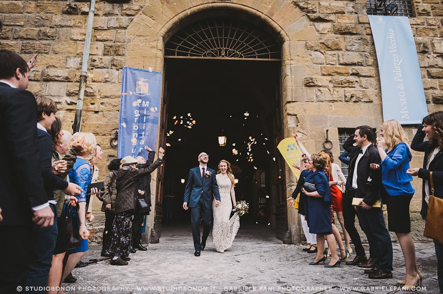 066-throwing-rose-petals-palazzo-vecchio-civil-wedding-in-firenze