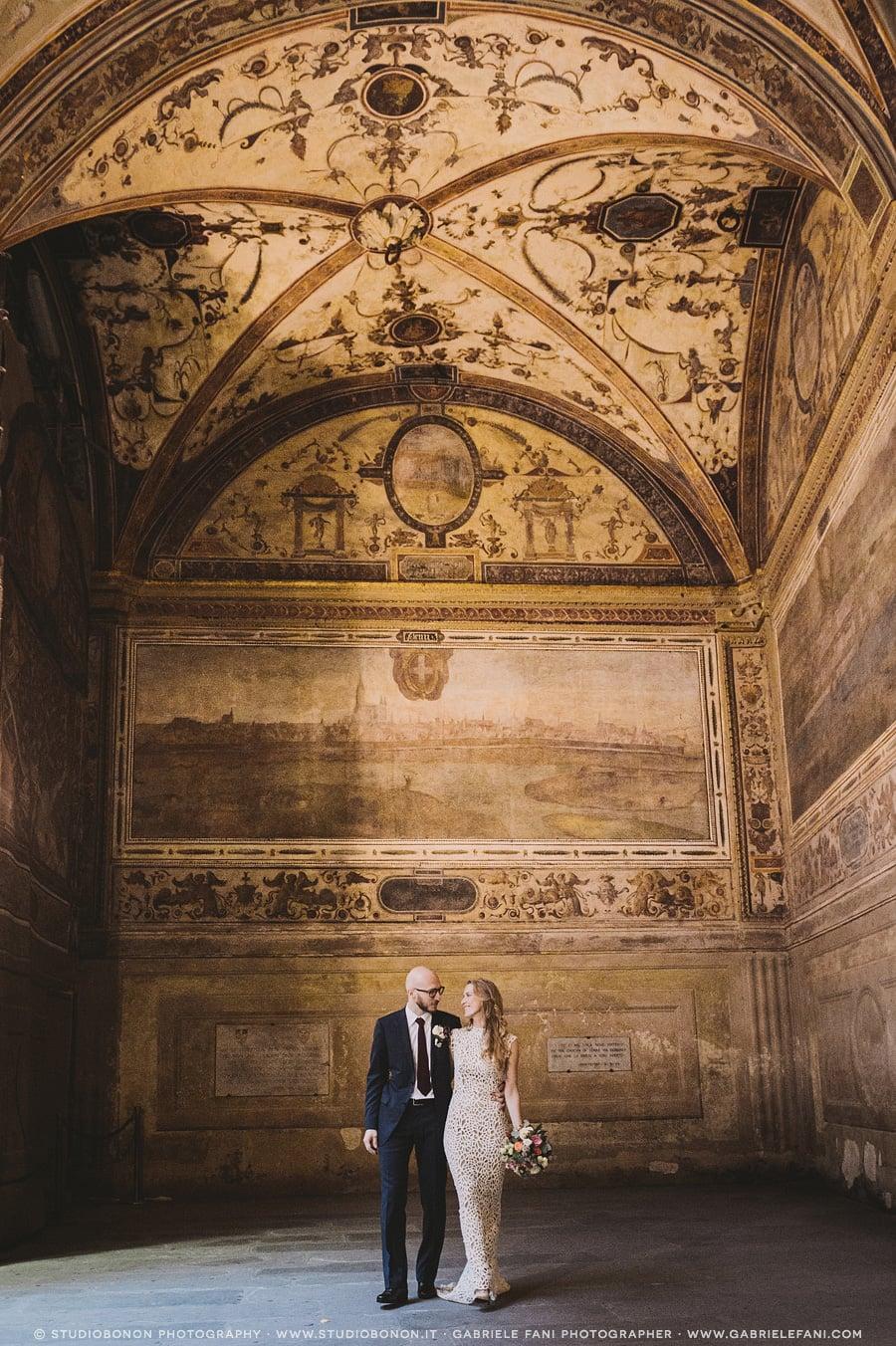 070-bride-and-groom-portrait-in-palazzo-vecchio-chiostro-florence