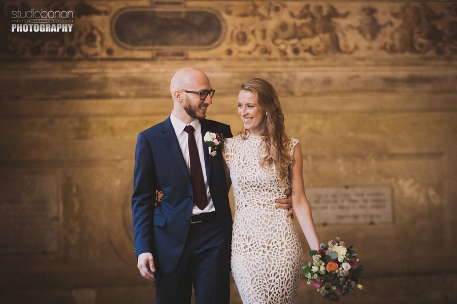 071-bride-and-groom-portrait-in-palazzo-vecchio-chiostro-florence