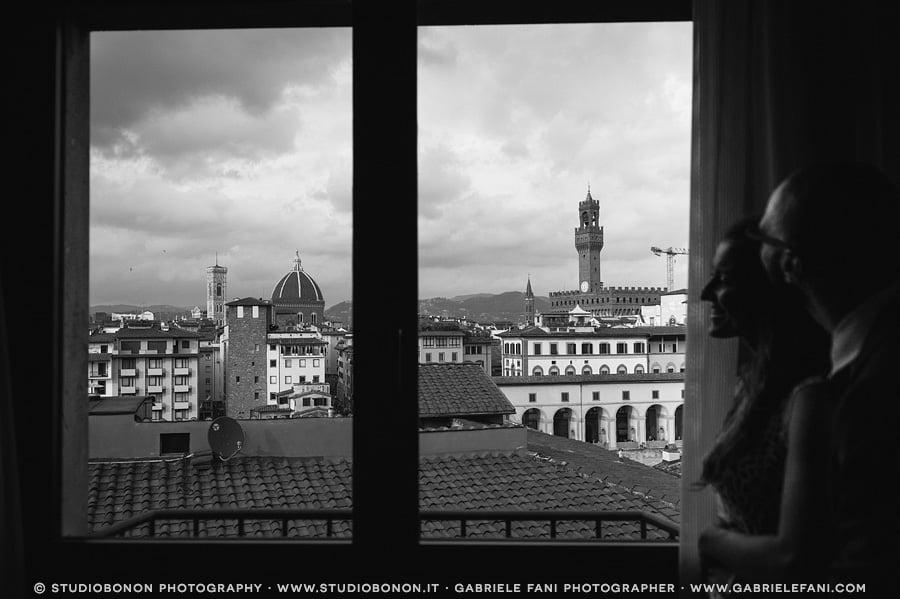 087-portrait-window-bride-and-groom-florence-dome-and-palazzo-vecchio