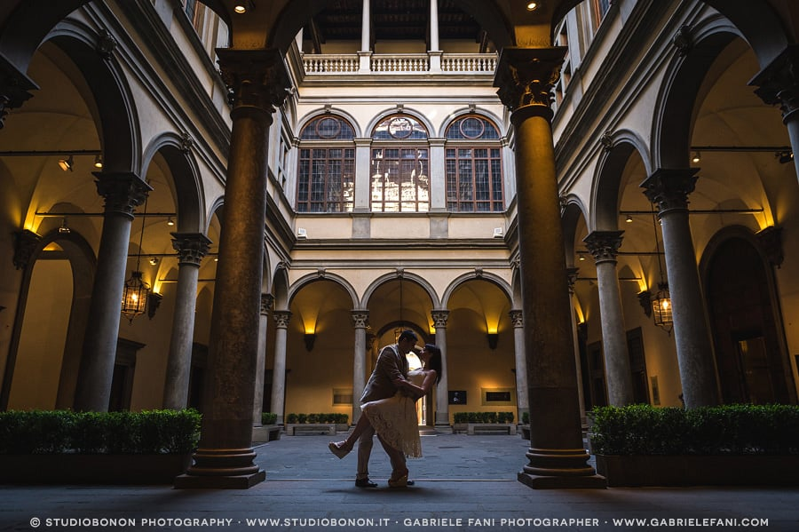 026-engagement-in-florence-palazzo-strozzi-love