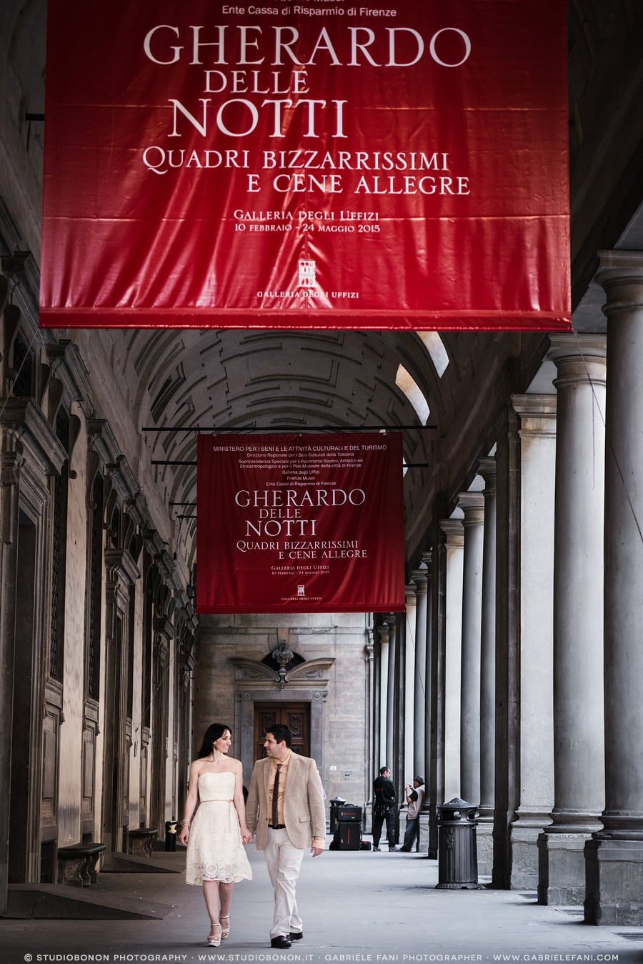 035-lovely-engagement-in-florence-uffizi-archway-walking
