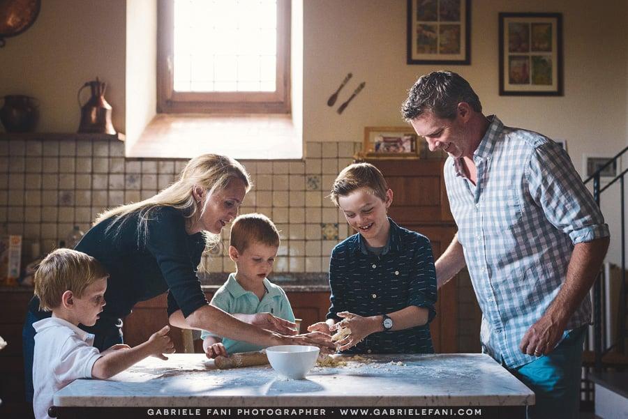 007-family-photography-tuscany-with-pizza-activity