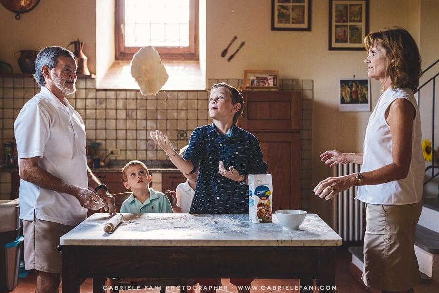 008-family-photography-tuscany-with-pizza-activity