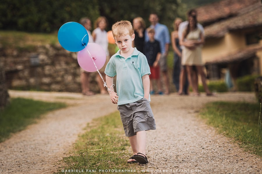 029-family-photography-at-villa-il-castellaccio-with-balloon