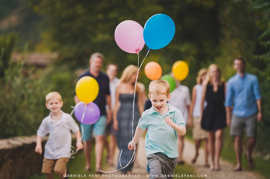 031-family-photography-at-villa-il-castellaccio-with-balloon