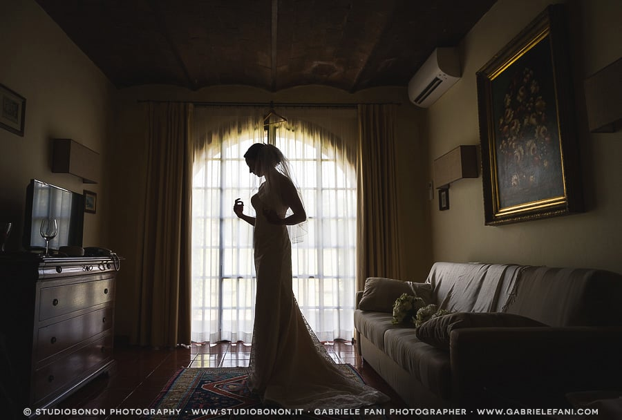 016-bride-getting-ready-tuscany-with-dramatic-light-love-her
