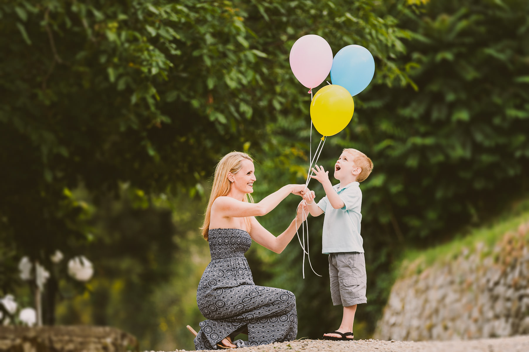 Tuscany countryside exciting family renunion photo shoot in Chianti with colour balloons