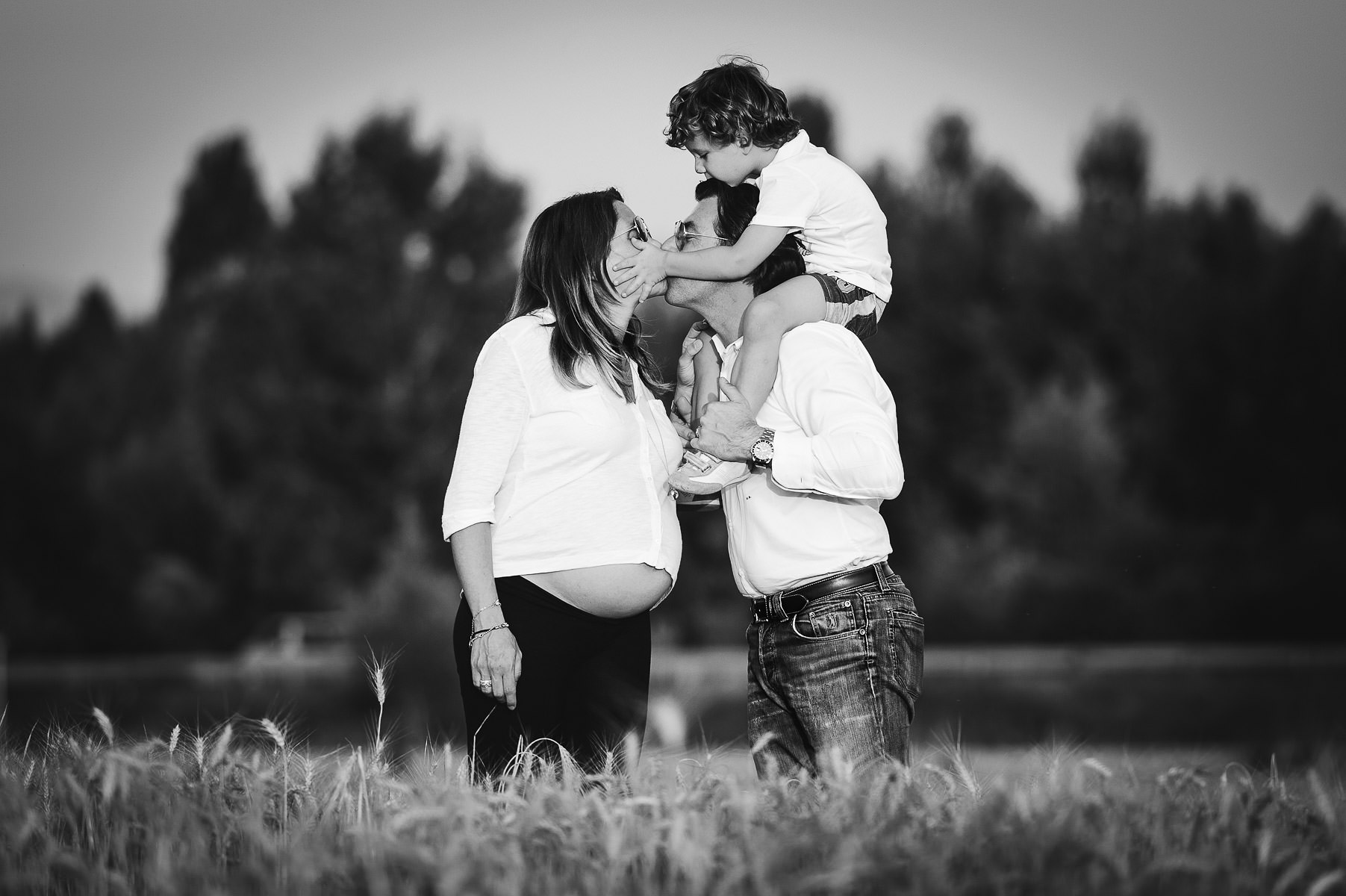 Lovely moment share by mom, dad and kid in this maternity photo service in Tuscany countryside Mugello