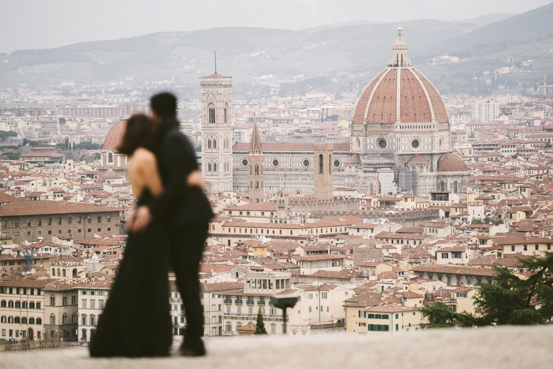 Florence couple portrait photo shoot at San Miniato al Monte near Piazzale Michelangelo where the view of the city in absolutely gorgeous and perfect to celebrate te love. Photo by the Italian creative and modern pre wedding photographer in Tuscany based Florence Gabriele Fani.