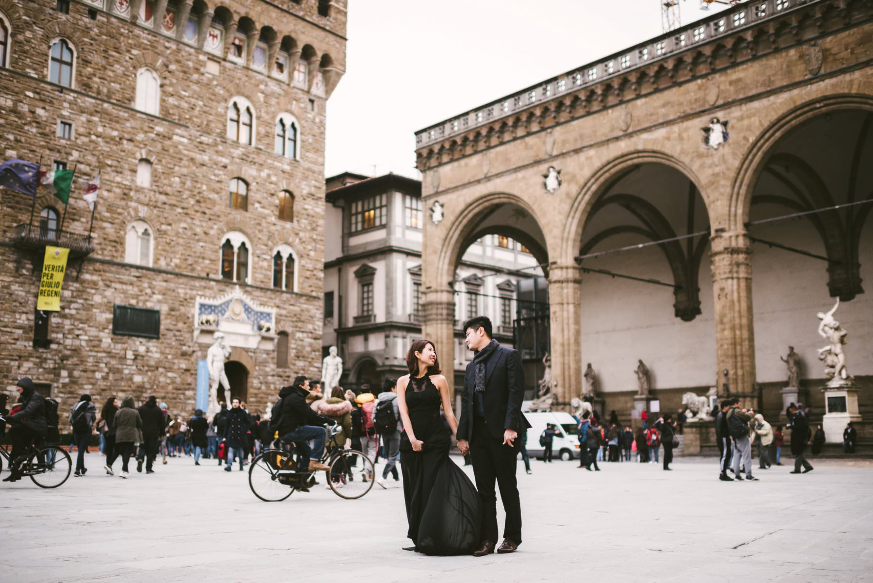 Prewedding photo shoot in Florence at Piazza della Signoria