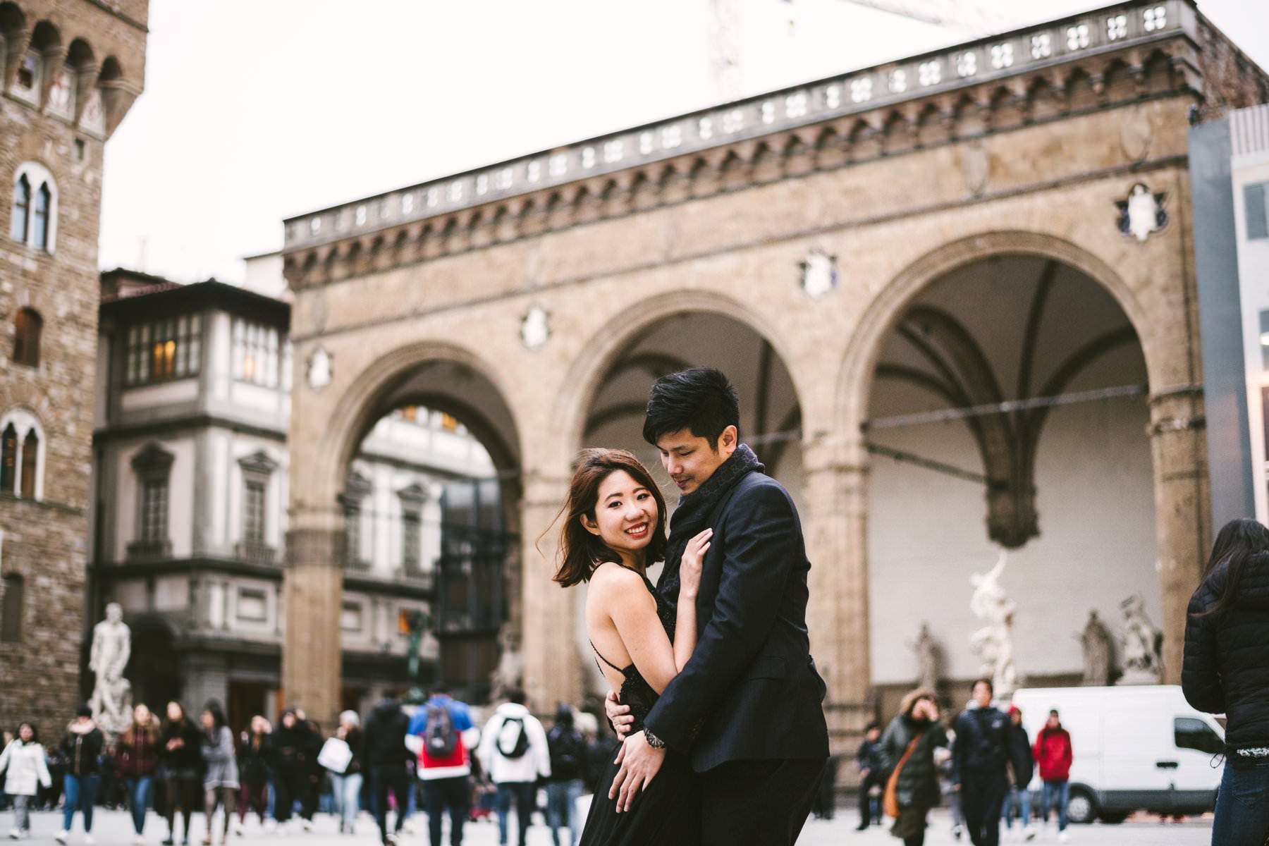 Couple photo shoot in Piazza della Signoria near Loggia dei Lanzi and Palazzo Vecchio in Florence. Photo by engagement photographer in Tuscany Gabriele Fani.