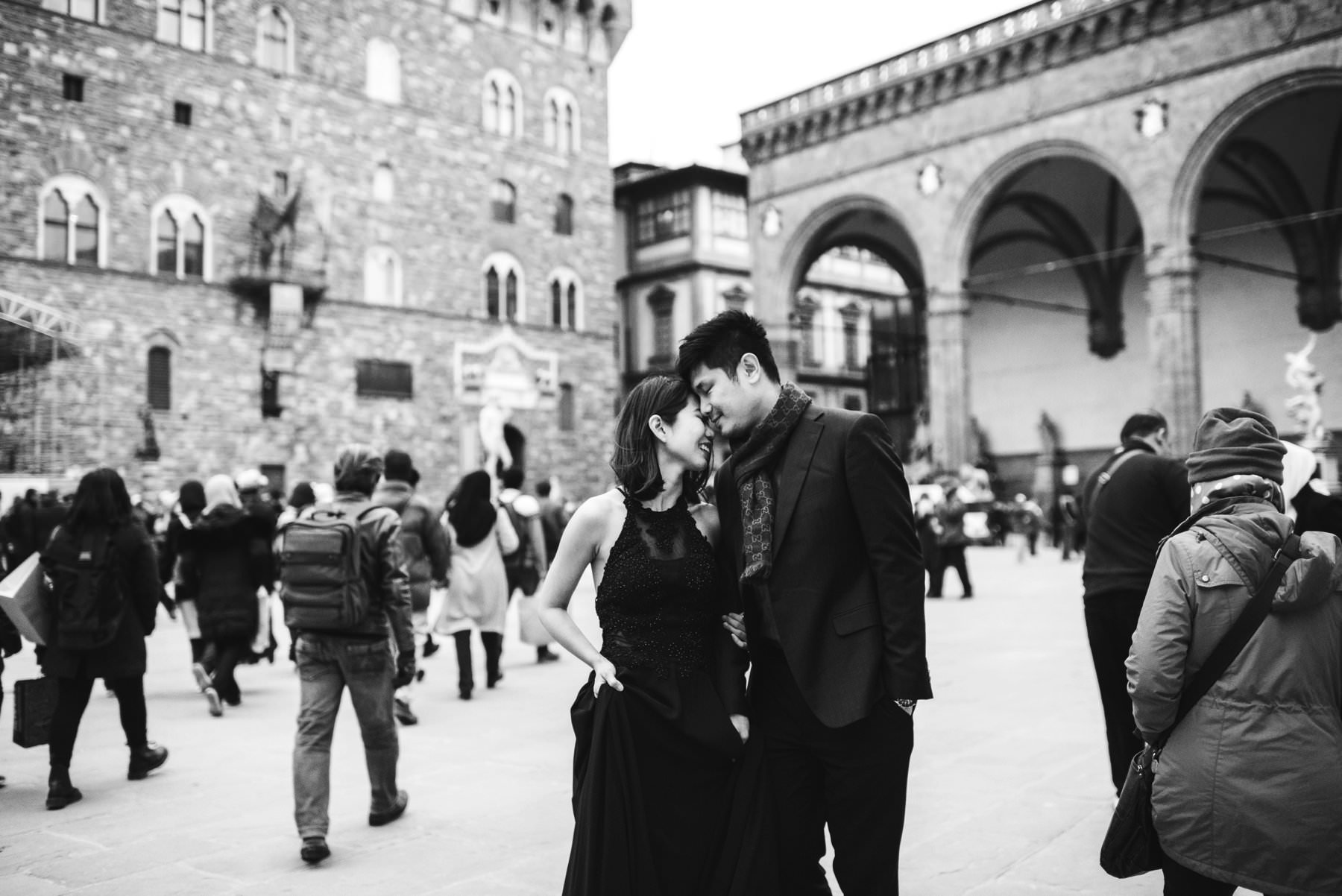We're building some great memories in this couple photo shoot in Piazza della Signoria near Loggia dei Lanzi and Palazzo Vecchio in Florence. Photo by engagement photographer in Tuscany Gabriele Fani.