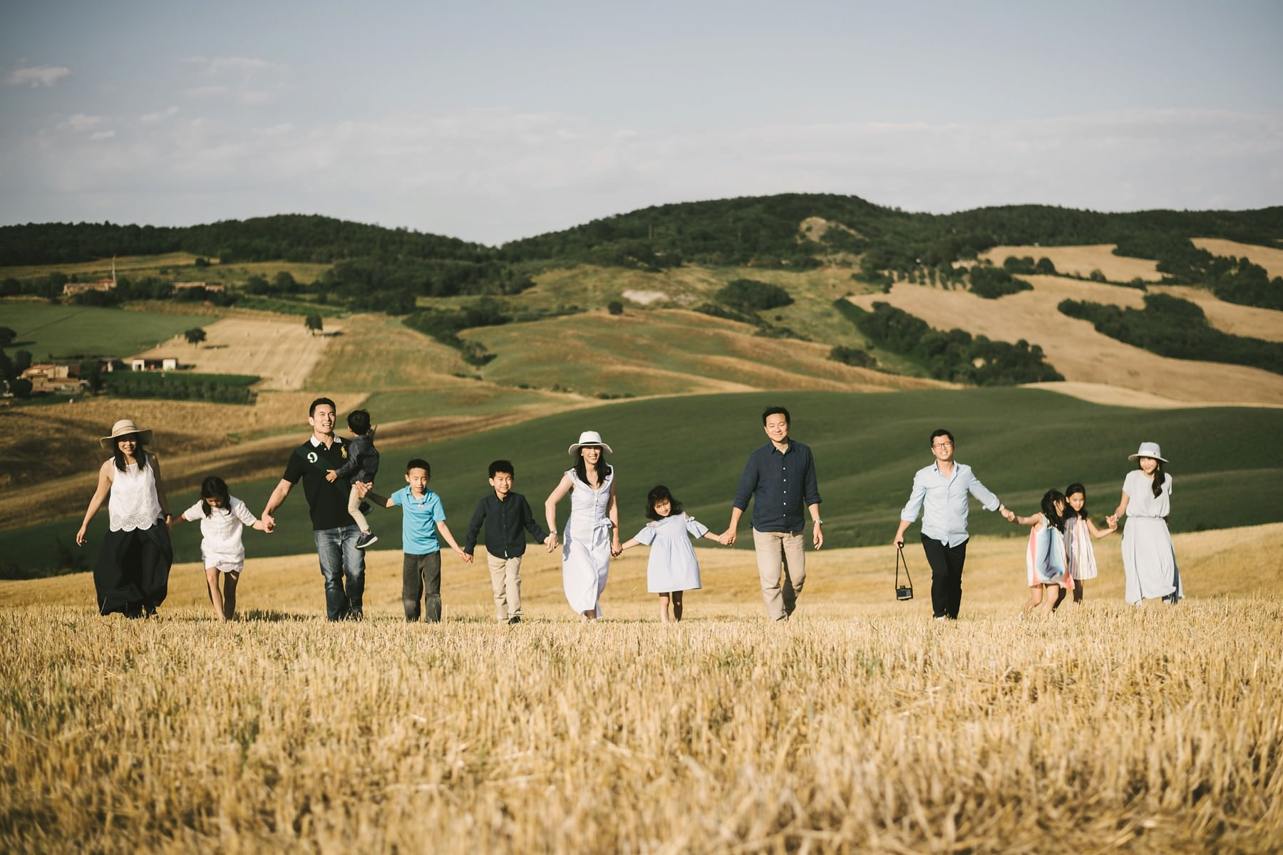 Are you looking for a special gift for your family and you? A family photoshoot is just what you needÉ get inspired by this cute family reunion session in Tuscany!
