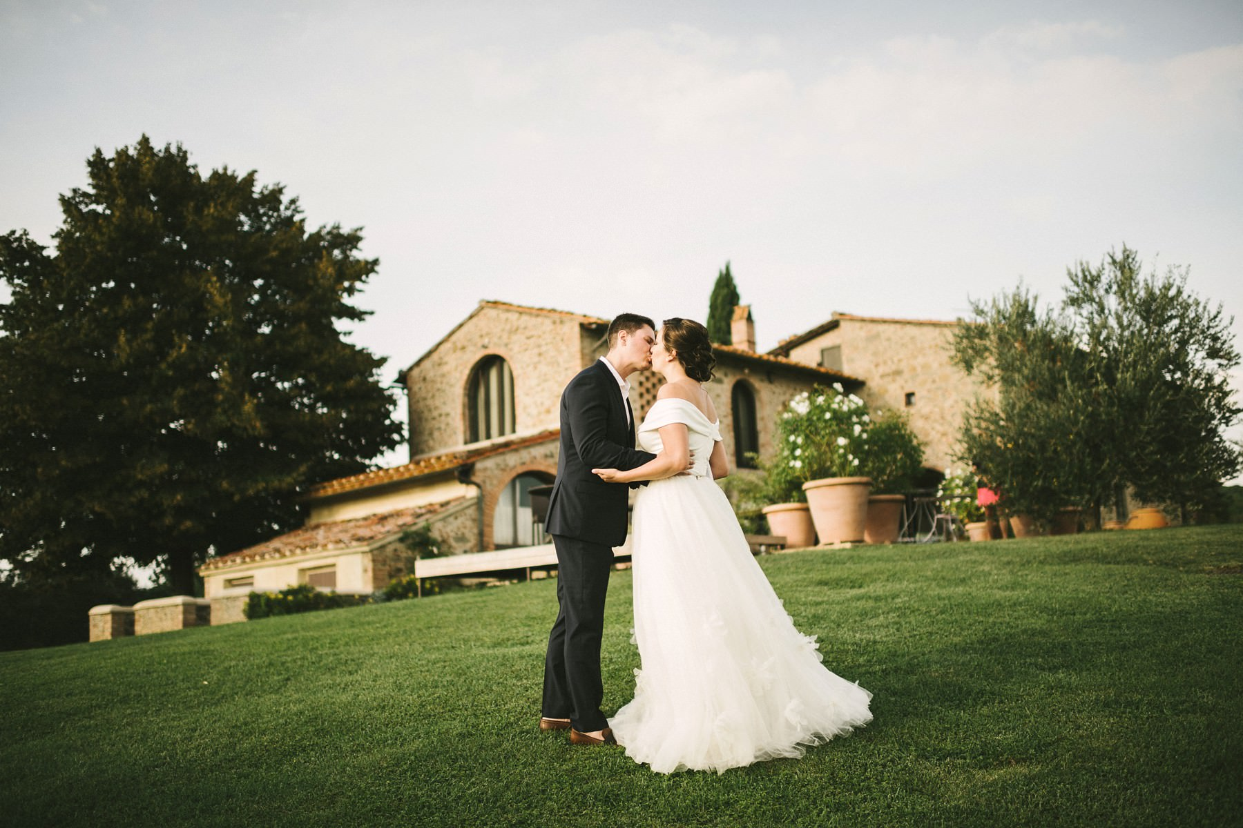 Bride and groom first kiss. Romantic elopement wedding in Tuscany countryside farmhouse Casetta