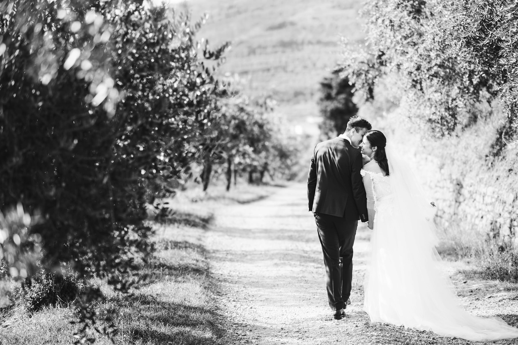 Elegant and classic bride and groom portrait in Tuscany countryside near Pieve di Gropina