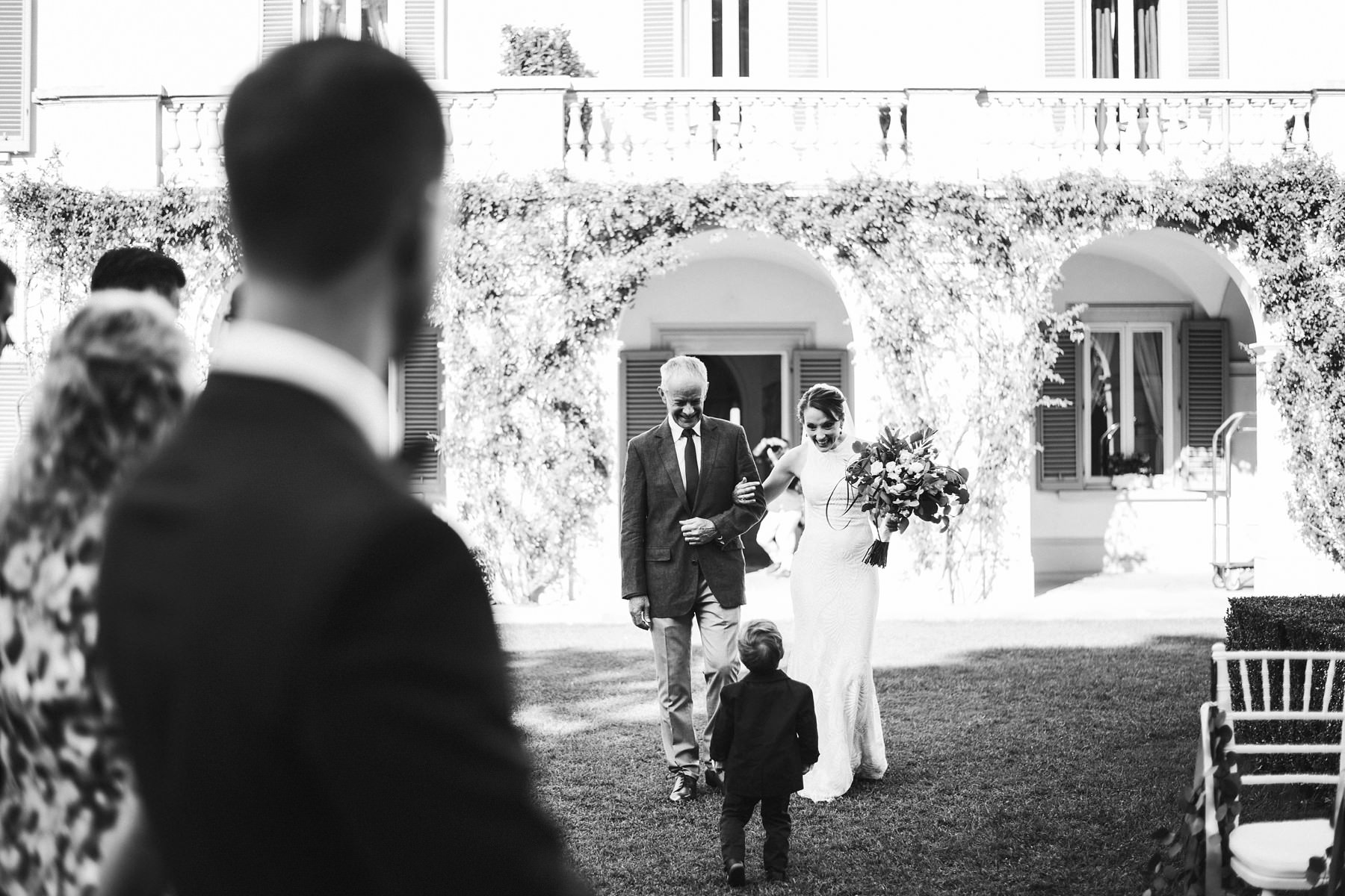 Bride Lucinda walks down the aisle at Villa La Vedetta, Florence
