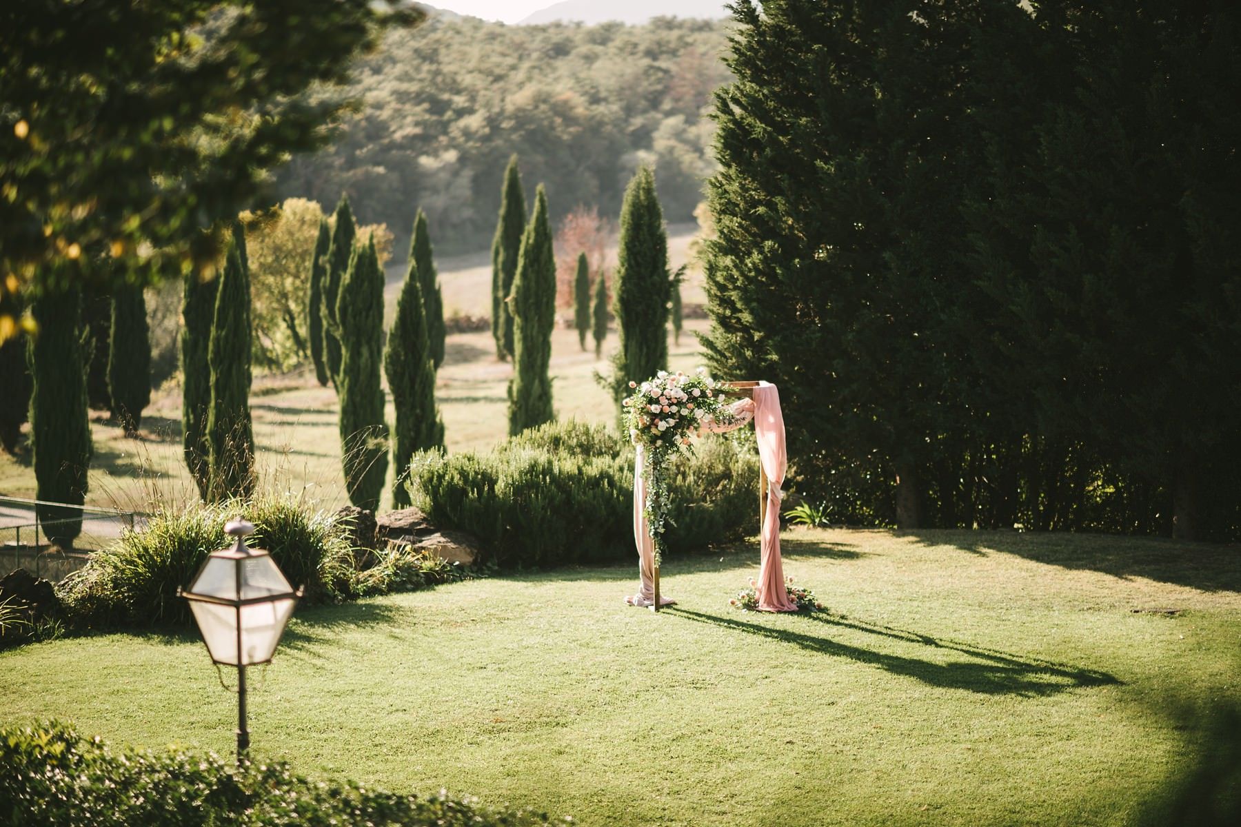 Lovely flower decor by Stiatti Fiori designer for the Italian civil elopement ceremony organised at Villa La Selva Wine Resort in the countryside of Tuscany