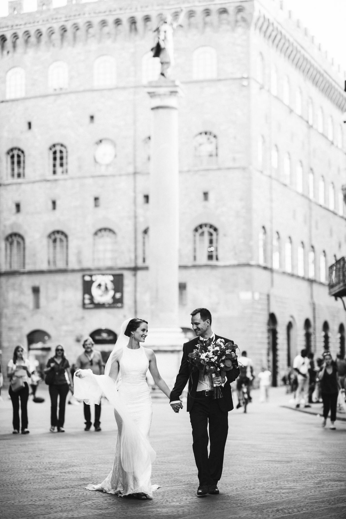 Bride and groom walk tour in the fashion street of Florence