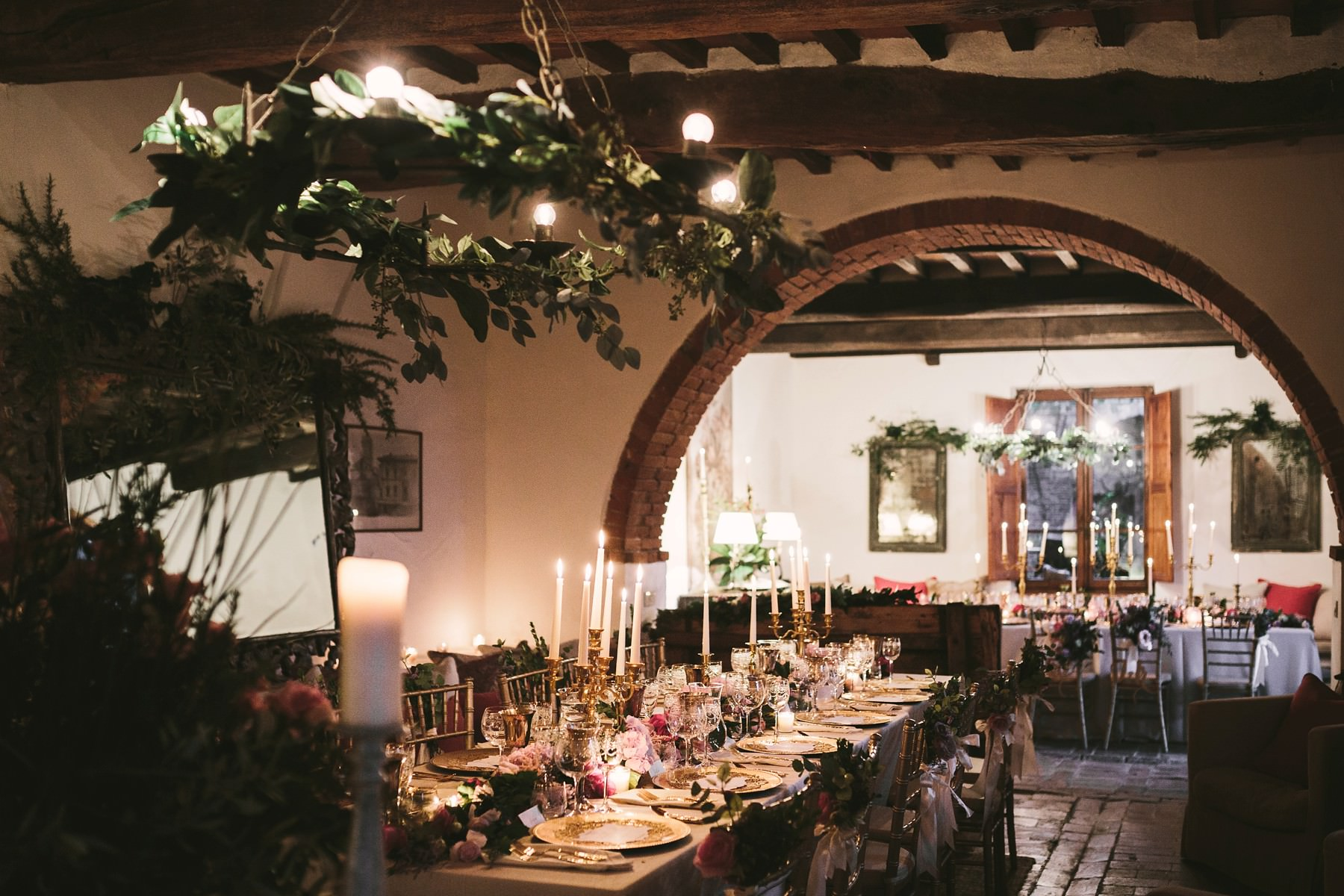 Very intimate and elegant dinner table decor into the farmhouse La Fornace