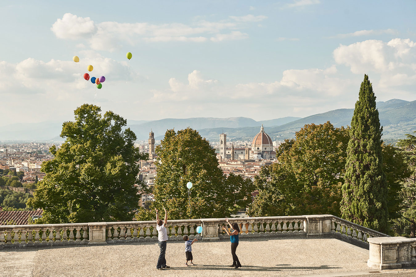 Florence vacation photo session with colour balloons
