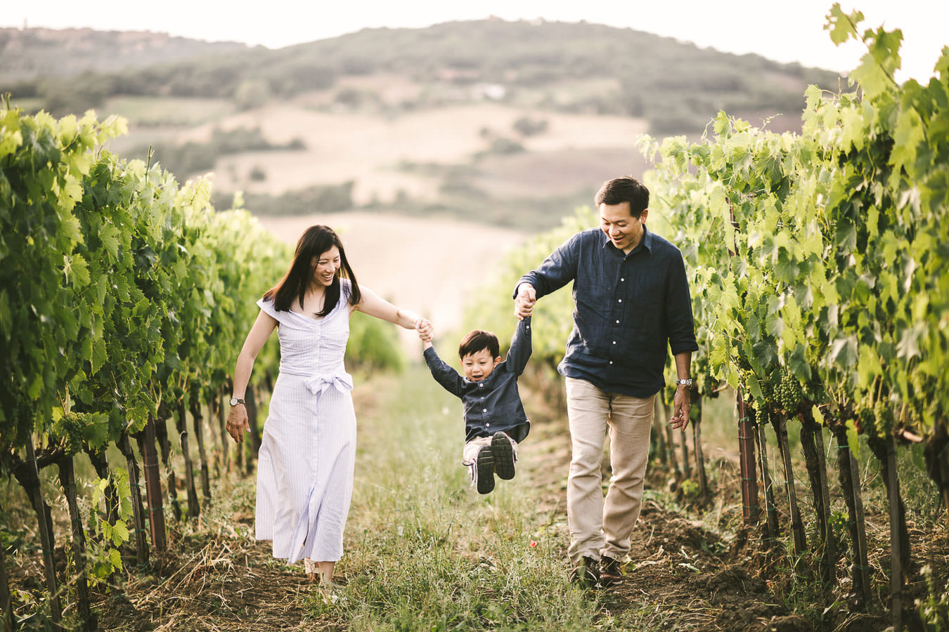 Are you looking for a special gift for your family and you? A family photoshoot is just what you need… get inspired by this cute family reunion session in Tuscany!