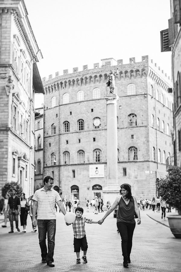 Beautiful Florence family photo shoot into streets