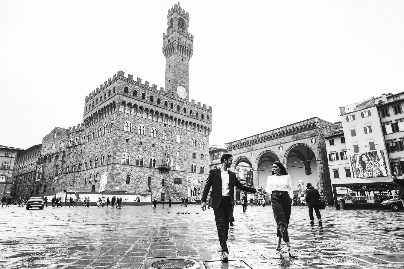 Elegant couple walk tour in Florence photo shoot