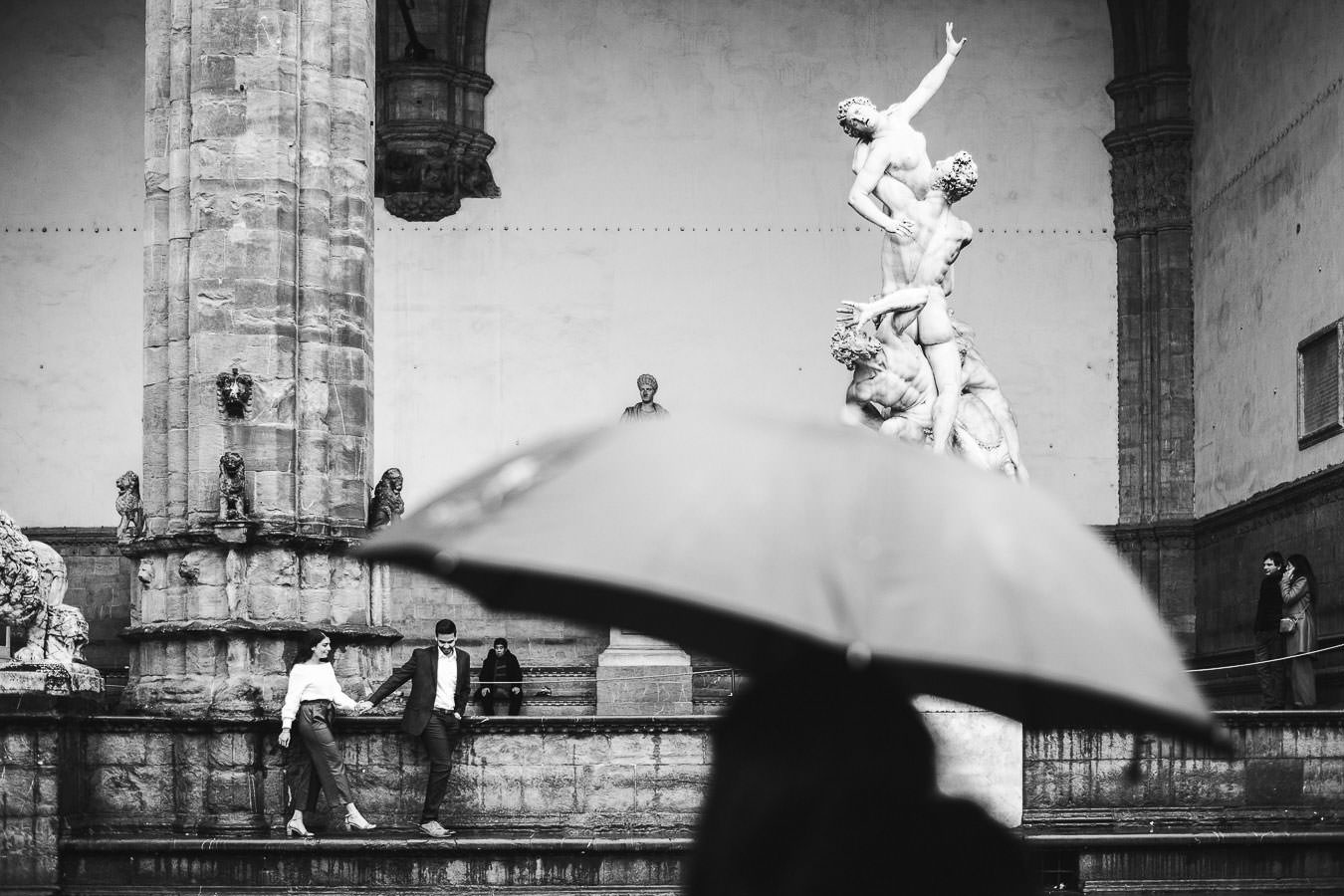 Unconventional elegant reportage engagement photo under the rain in Florence