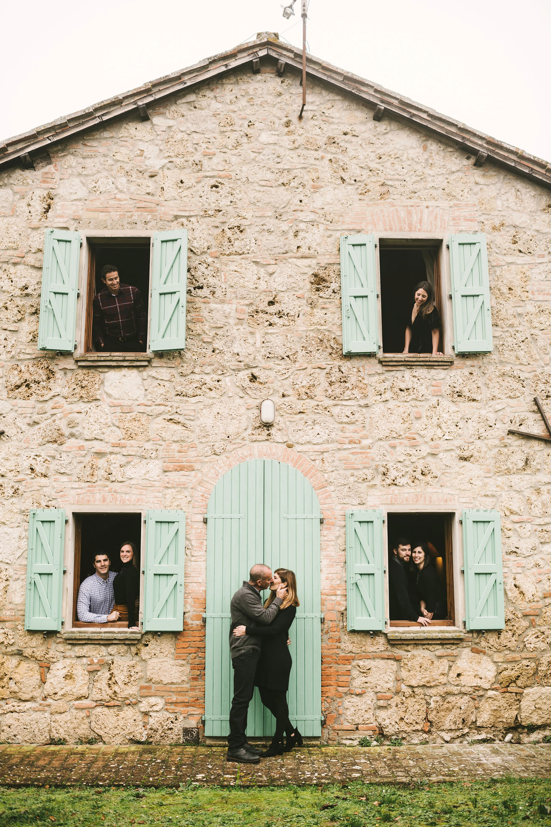 Beautiful shoot during winter family reunion photo shoot in Tuscany countryside