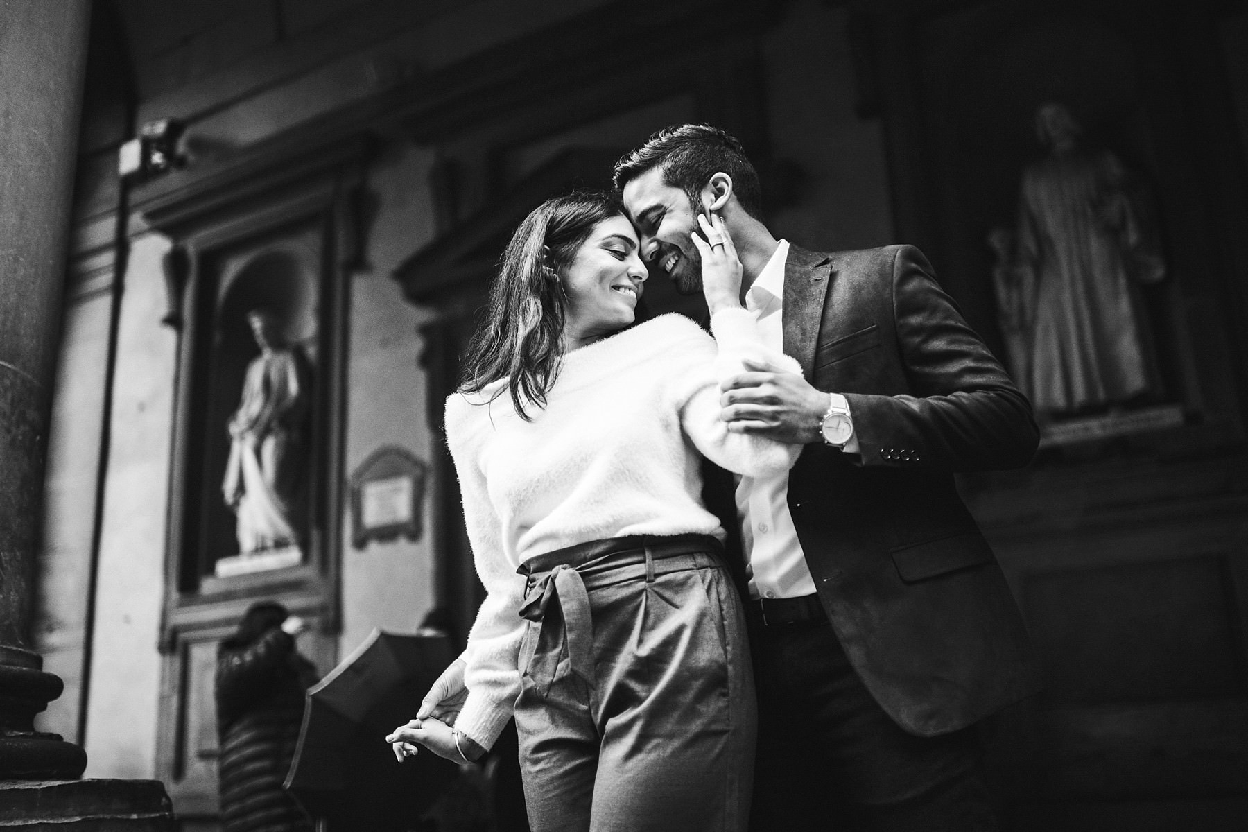 Engagement pre wedding photo in Florence Uffizi. Have a great time with your fiancŽ and build your everlasting memories