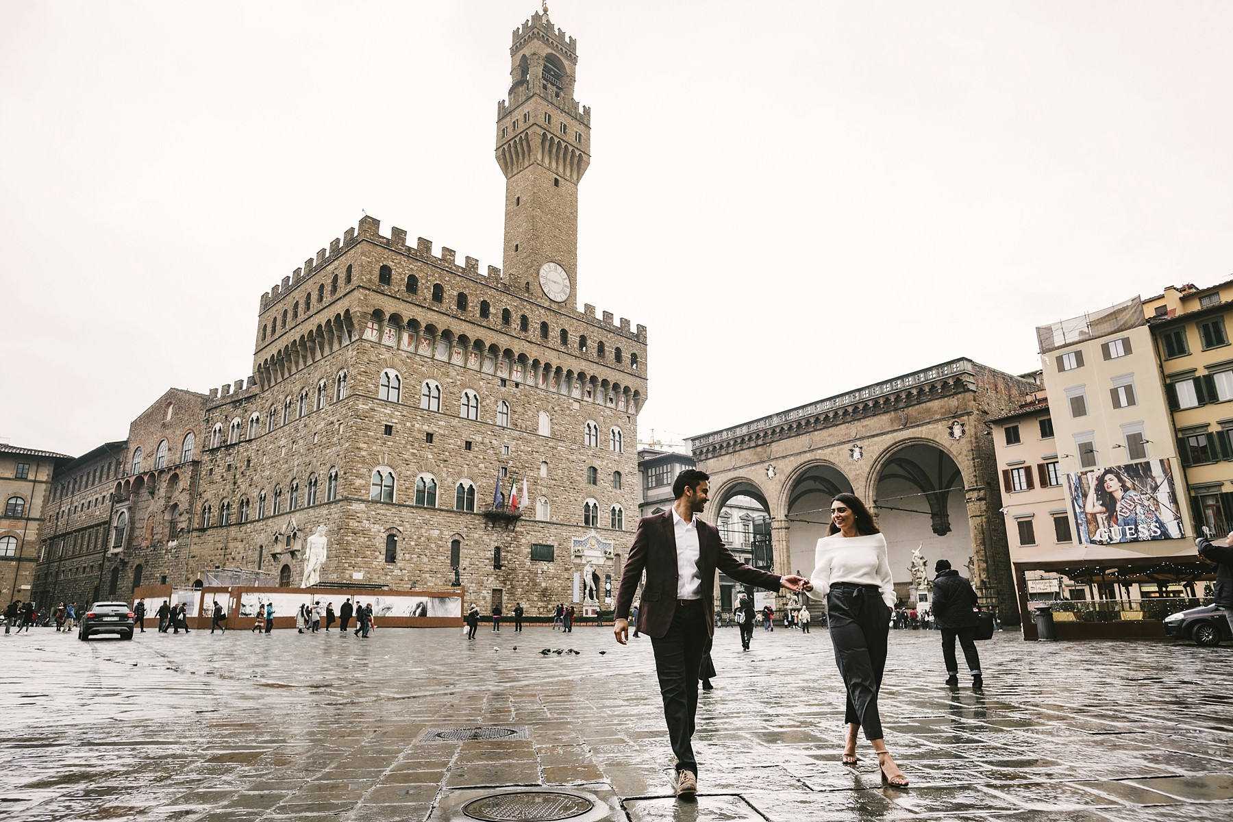 Elegant couple walk tour in Florence photo shoot