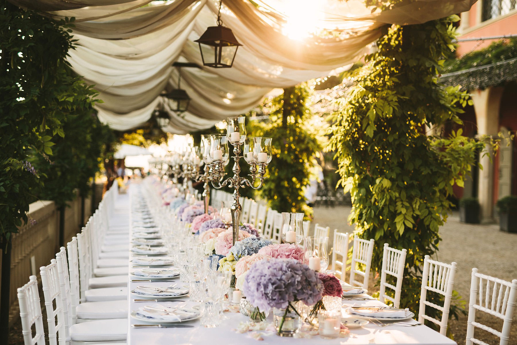 Lovely and elegant reception imperial dinner table at Villa Le Fontanelle. Intimate destination wedding in Florence