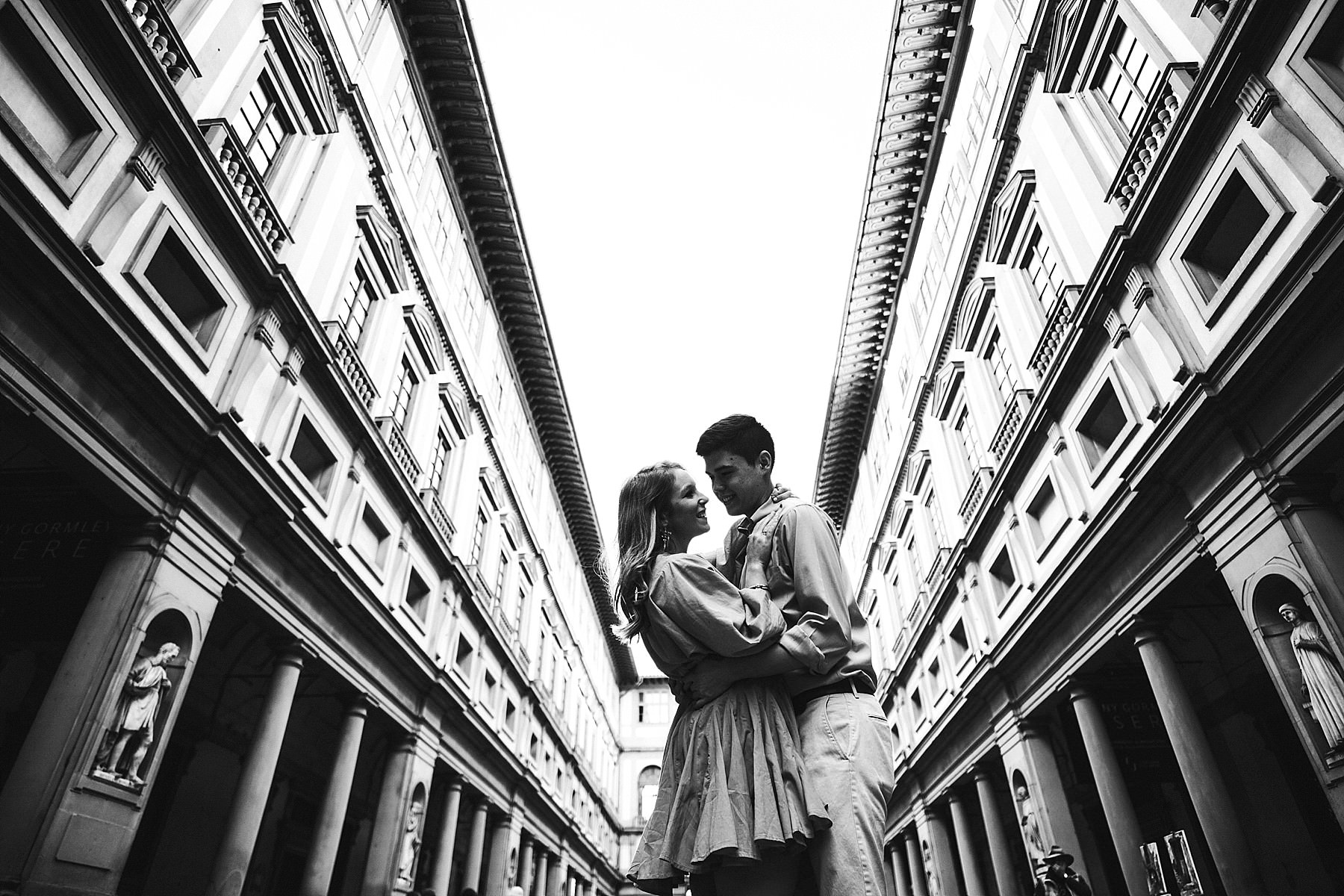 Lovely and elegant couple photo shoot at the Uffizi Museum Gallery during sunrise time