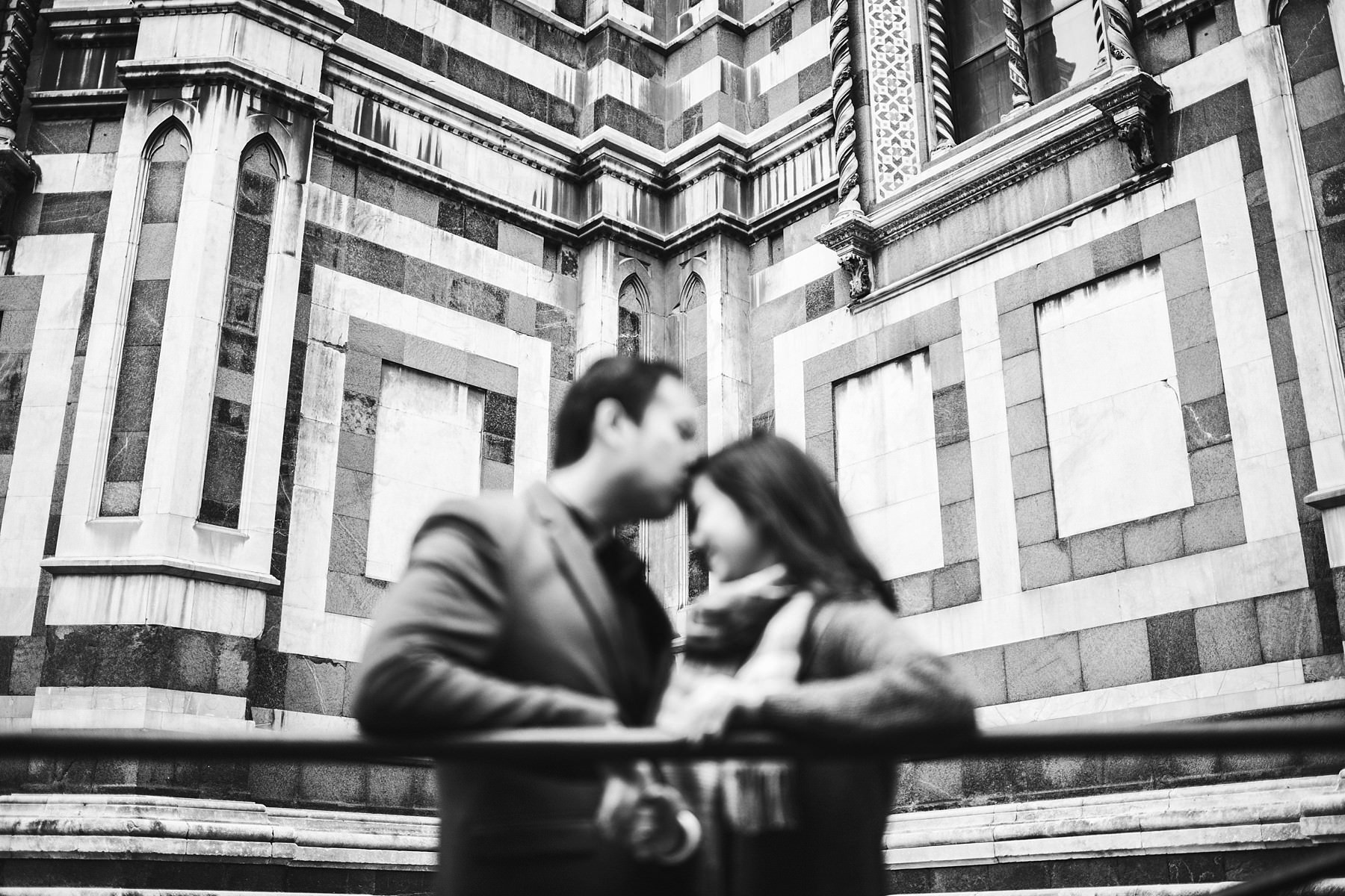 Lovely engagement pre-wedding photo shoot in Florence at sunrise near the Duomo in Piazza Santa Maria del Fiore