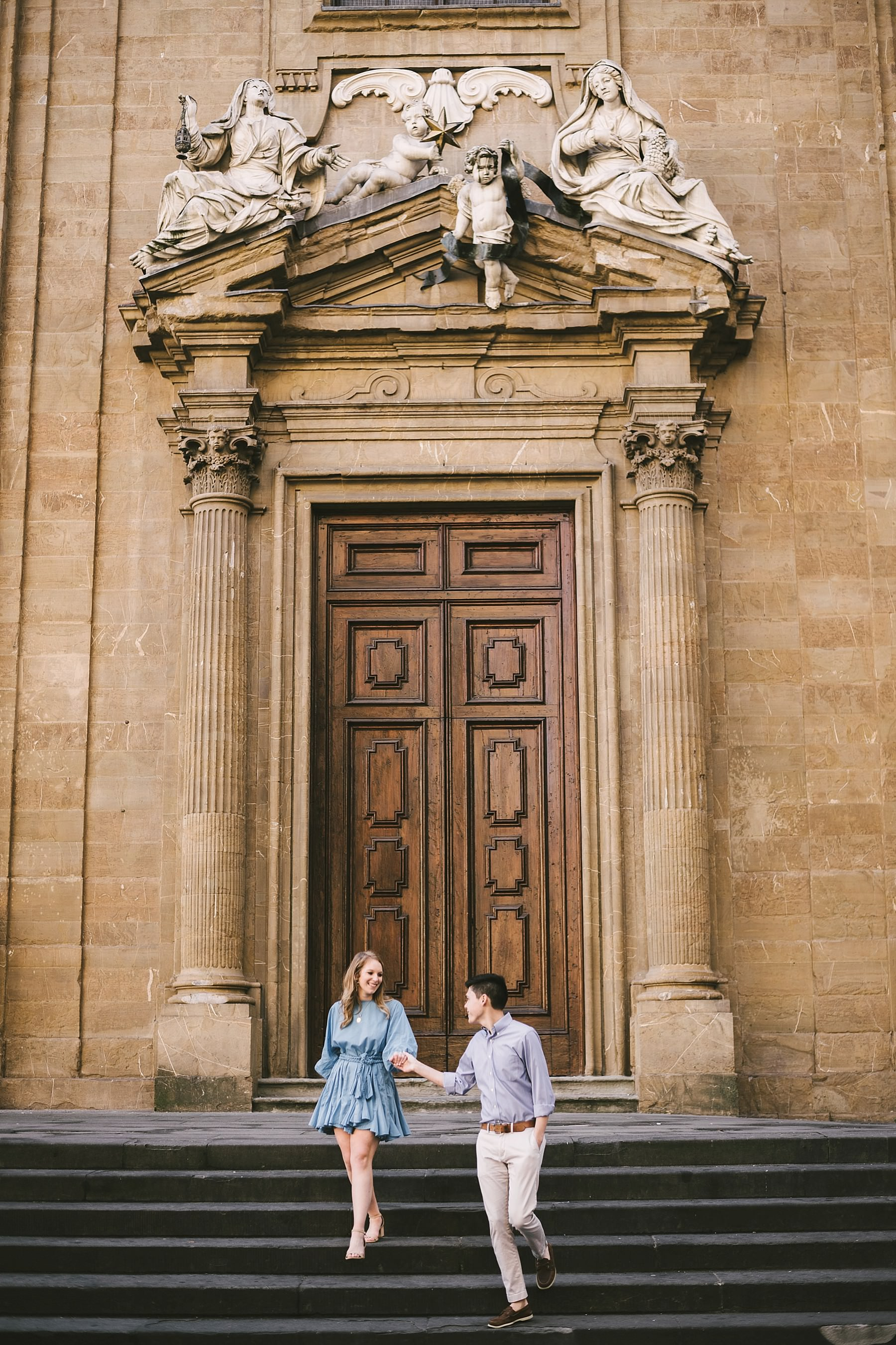 Early morning engagement photo session during a walk tour in the historic centre of Florence near Palazzo Vecchio