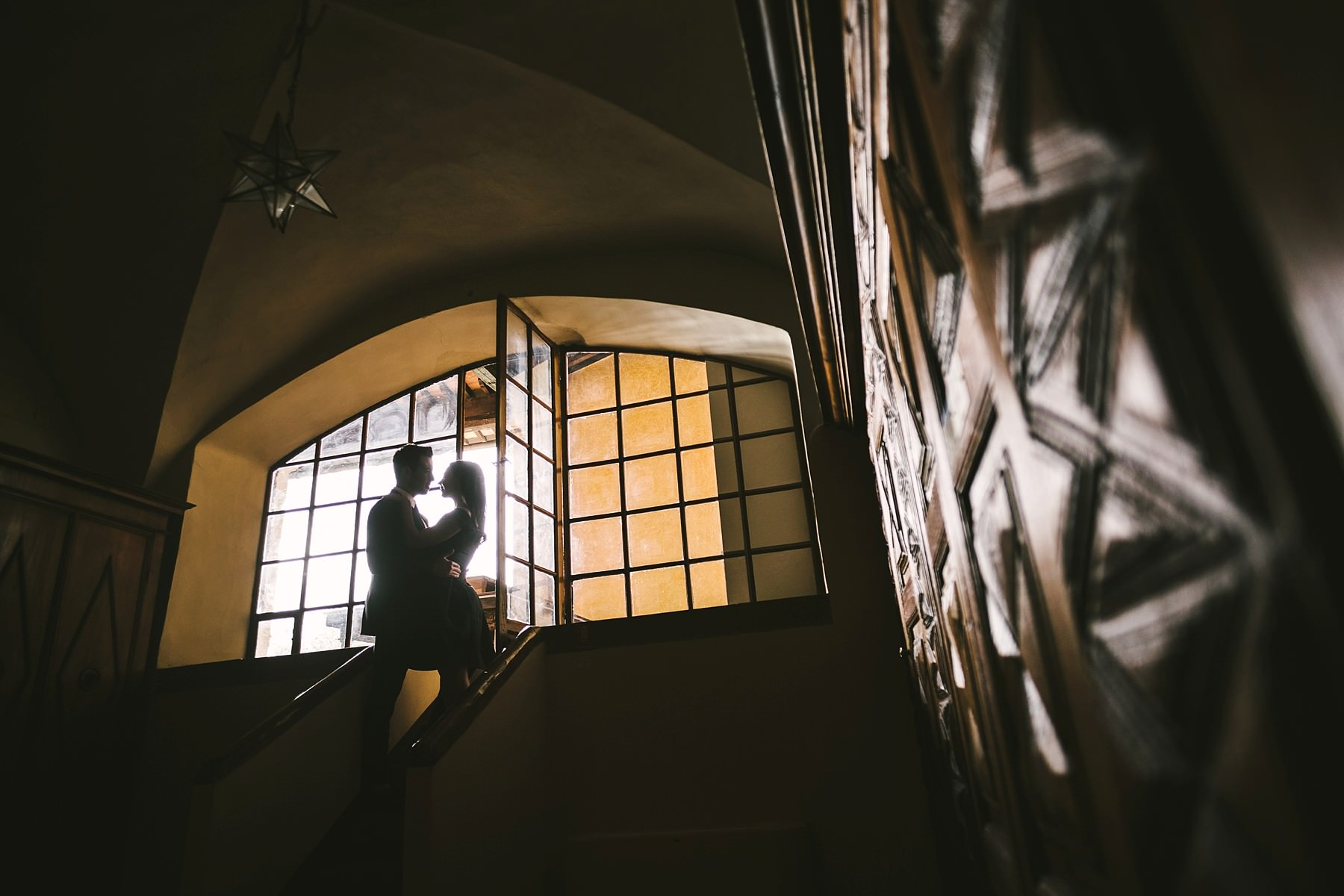 Gorgeous couple framed in the charming spot that historical residence of Torre di Bellosguardo has to offer