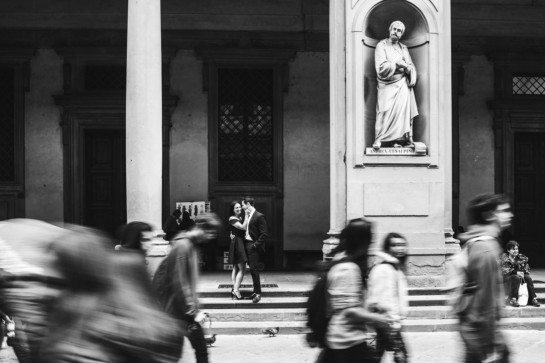 Creative and modern couple portrait photo in the very heart of Florence at Uffizi Art Gallery