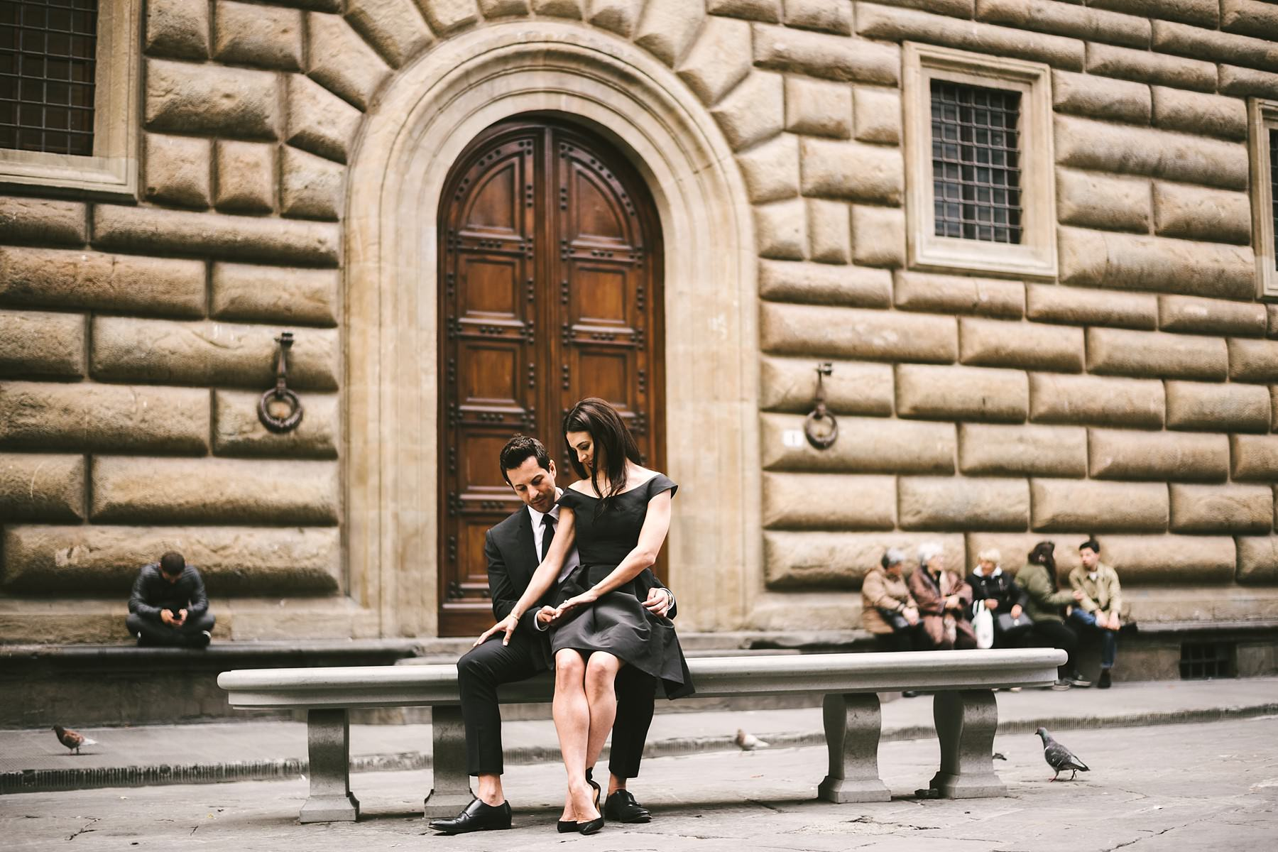 Lovely portrait with the couple seated near Palazzo Gondi and celebrates the love that connects them